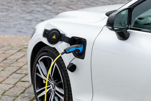Chociaż unijna dyrektywa, która nakłada na deweloperów obowiązek zapewnienia stacji do ładowania pojazdów, dotyczy nowych projektów inwestycji, to w ostatnich latach można zaobserwować rosnącą popularność stacji ładowania samochodów w realizowanych obiektach.