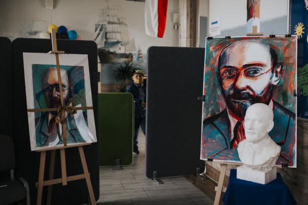 Uroczystość odsłonięcia płaskorzeźby Janusza Korczaka w Morskiej Szkole Podstawowej.