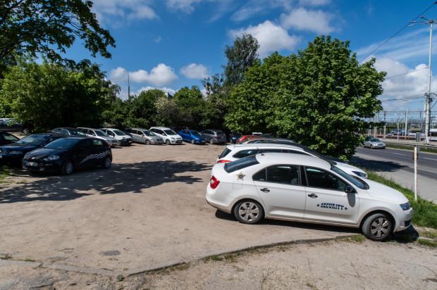 Władze Gdyni chcą, by dziki parking przy ulicy Warszawskiej został uporządkowany, ale problemem są kwestie własnościowe.