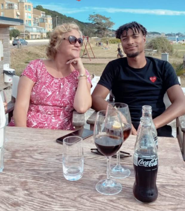 Joseph Ceesay wakacje spędza w Szwecji. Na zdjęciu piłkarz Lechii z mamą.
