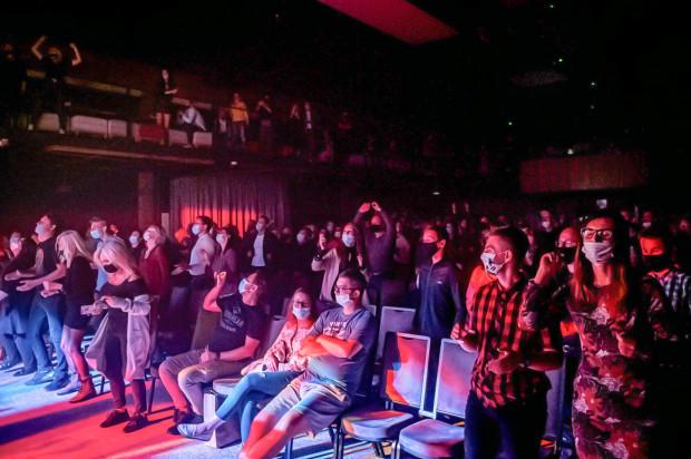 Z uwagi na nieprecyzyjne przepisy odwoływane są też imprezy organizowane w zamkniętych przestrzeniach. Na zdj. koncert Artura Rojka w Starym Maneżu (27 września 2020 r.).
