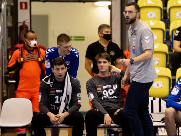 Przemysław Witkowski (z lewej) to jeden z piłkarzy ręcznych, których w przyszłym sezonie nie zobaczymy Torus Wybrzeże. Gdańszczanie po zakończeniu meczu w Płocku, nie mogli być pewni czy utrzymali się w Superlidze.