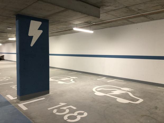 W halach garażowych ogólnodostępne miejsca do ładowania pojazdów elektrycznych obecnie muszą powstawać. Istnieje także możliwość zamontowania licznika energii przy miejscach indywidualnych.