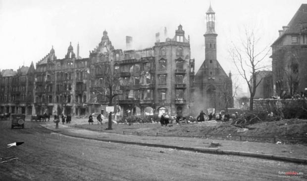 Płonące kamienice przy kościele św. Elżbiety na zdjęciu z marca 1945 r. Wieńczący wieżę świątyni hełm nie uległ jeszcze zniszczeniu.