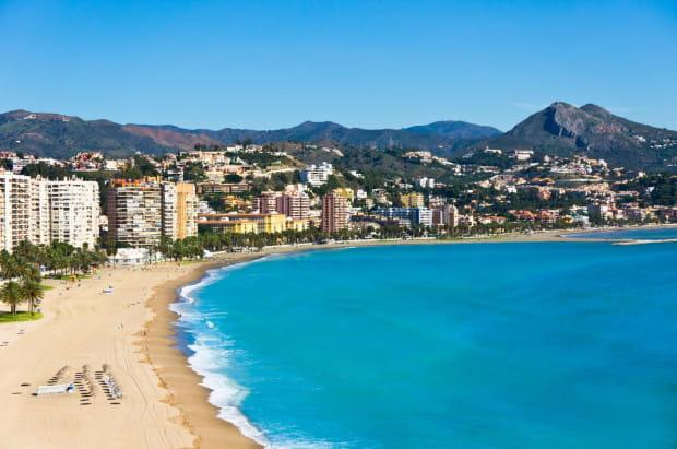 Malaga położona nad Morzem Śródziemnym słynie ze swoich plaż, których ma aż 16.