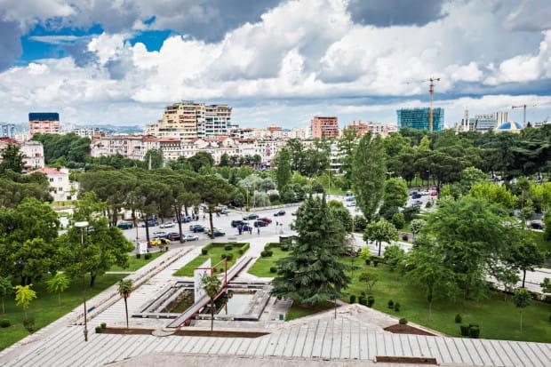 Tirana - stolica Albanii, to z pewnością niecodzienna propozycja na letni wyjazd.