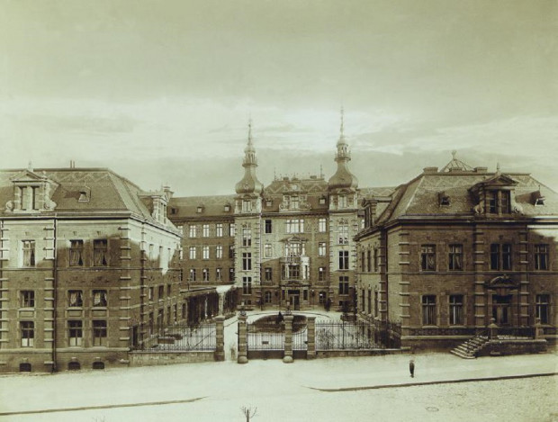 Dawny szpital miejski przy ul. ks. Rogaczewskiego na zdjęciach z początku XX wieku.