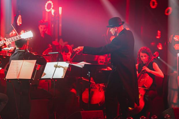 O oryginalne aranżacje utworów artysty zadbała Orkiestra Kameralna Progress pod dyrekcją Ireneusza Wojtczaka