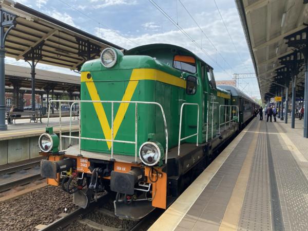 """Pociąg """"Borsuk"""" składa się z wagonów 1. i 2. klasy w historycznych, oliwkowych barwach. Taka kolorystyka wagonów obowiązywała w latach 80. XX wieku. Również lokomotywa jest historyczna. Pociąg poprowadzi maszyna SM42 w zielonym malowaniu z pomarańczowym pasem. Skład wygląda jak z dawnych czasów."""