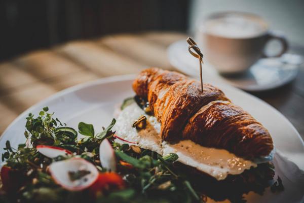 W Serwus do każdego śniadania oferowana jest kawa za 1 zł.