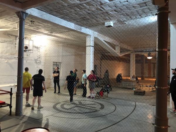 W nowo otwartej hali na terenie 100czni można w niektóre dni grać w koszykówkę.