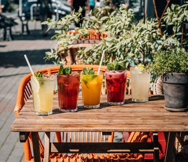 Różnorodne promocje na każdy dzień tygodnia oferuje kilka trójmiejskich lokali. Najwięcej z nich dotyczy kolorowych drinków.