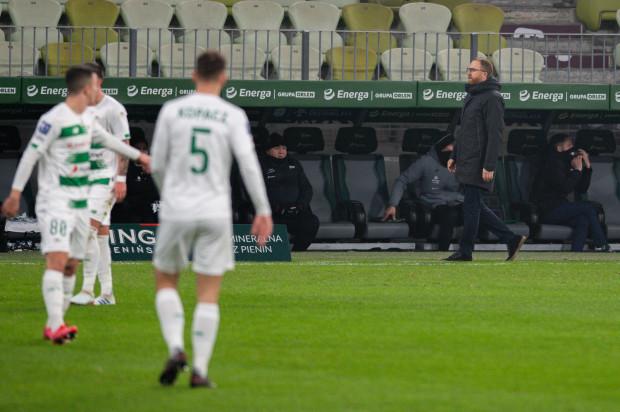 Piotr Stokowiec (z prawej) latem chce pozyskać trzech lub czterech nowych piłkarzy. Szkoleniowiec Lechii Gdańsk musi jednak poruszać się w określonych ramach finansowych. Biało-zieloni nie są już bowiem tak rozrzutni jak jeszcze kilka lat temu.