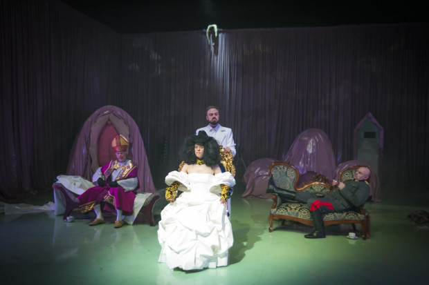 Dress-ups, changing roles, sprinkled with brutal gameplay to satisfy one's ego - all of this in Klata's performance is lost to the feeling of weariness by stimulating the viewer for three hours with various effects.