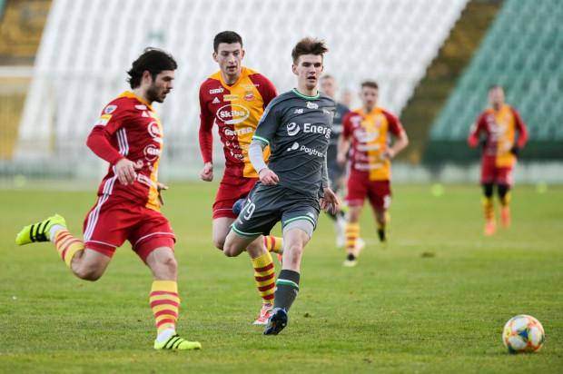 Kacper Sezonienko spadł z Bytovią do III ligi. Napastnik Lechii Gdańsk na wypożyczeniu rozegrał jednak ponad 30 meczów. 18-latek niebawem ponownie dostanie szansę treningów z pierwszym zespołem biało-zielonych.