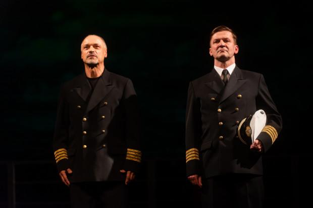 Osią gdyńskiego spektaklu jest ciekawe pokazana, pełna drobnych gestów i niedopowiedzeń przyjacielska relacja Borchardta (Mariusz Żarnecki, po lewej) i kapitana Stankiewicza (Piotr Michalski).