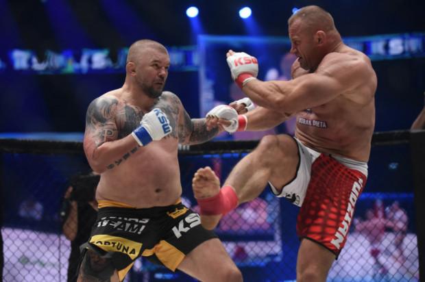 Na KSW 61 Mariusz Pudzianowski (z prawej) pokonał w walce wieczoru Łukasza Jurkowskiego (z lewej).