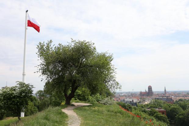 Symboliczna flaga powiewa już na Górze Gradowej w Gdańsku.