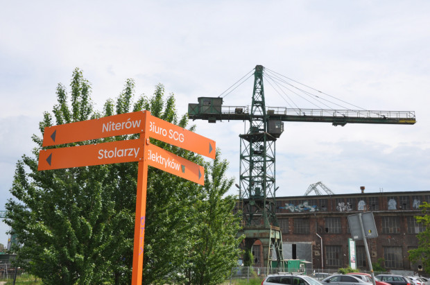 W zorientowaniu się gdzie jesteśmy w kilku miejscach pomogą nam pomarańczowe znaki spacerowego szlaku SCG.