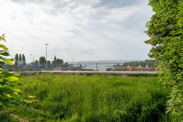 Widok na tereny portowe z dawnego peronu SKM.
