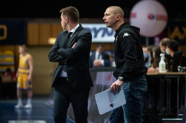 Krzysztof Szubarga (z prawej) już w drugiej części poprzedniego sezonu był asystentem trenera Piotra Blechacza (z lewej) w Asseco Arce Gdynia. Po zakończeniu kariery chce kontynuować przygodę w tej roli.