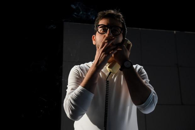 """Wojciech Stachura z """"Betonu"""" czyni imponujący one man show, mając do pomocy dobre zaplecze inscenizacyjne."""