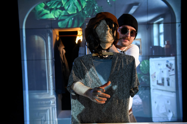 W spektaklu bierze udział wiele niestandardowych lalek, animowanych przez aktora.