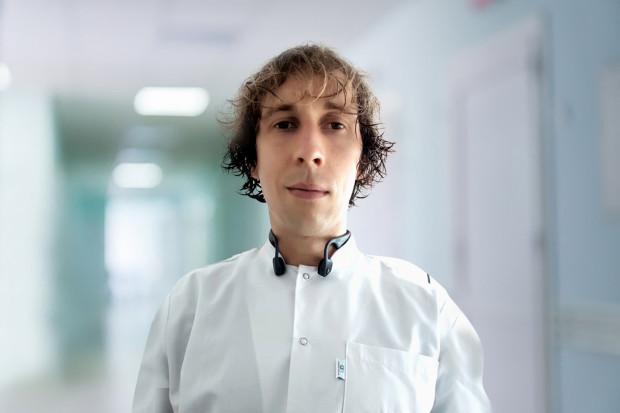 Doktor nauk medycznych Mateusz Krakowiak, neurochirurg z Carolina Medical Center w Gdańsku.