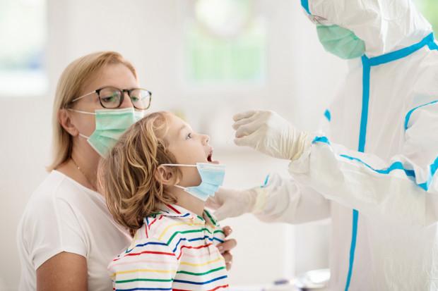 Dzieci w przypadku wyjazdów - w zależności od zasad obowiązujących w danym kraju - muszą przechodzić testy na obecność koronawirusa SARS-CoV-2.