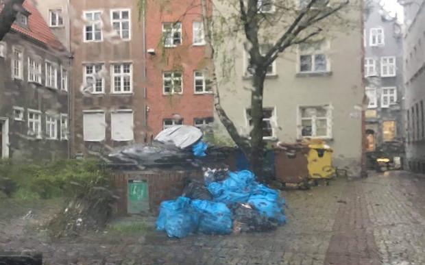Śmietniki na ul. Dzianej, przy reprezentacyjnej ul. Mariackiej. Mieszkańcy żalą się, że regularnie tak to wygląda.