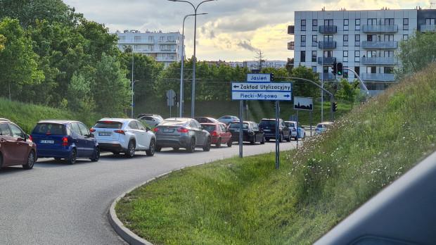 Kierowcy narzekają na źle skalibrowaną sygnalizację świetlną przy al. Adamowicza. - To czerwona fala - podkreśla pan Sebastian.