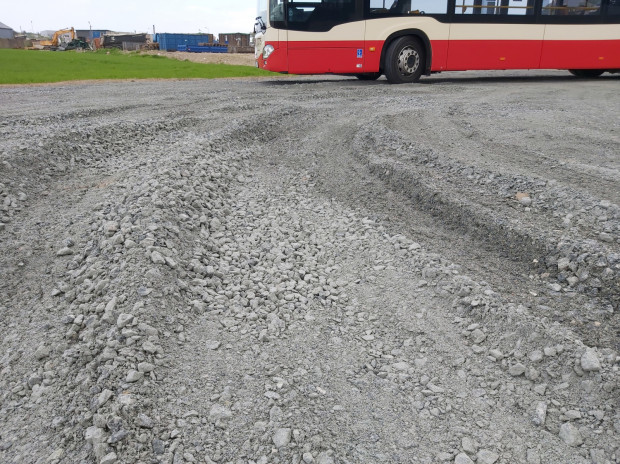 ZTM odbył na miejscu wizję lokalną, z której wynika, że obecna nawierzchnia nie spełnia wymogów bezpieczeństwa i komfortu podróżnych.