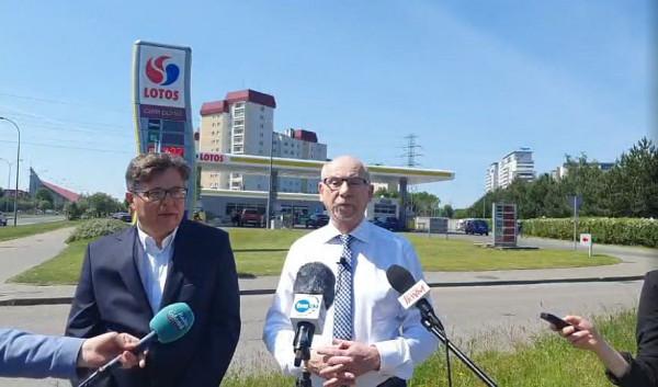 Parlamentarzyści PO,od lewej: Tadeusz Aziewicz i Janusz Lewandowski chcą nadzoru Najwyższej Izby Kontroli nad procesem przejęcia Lotosu przez PKN Orlen.