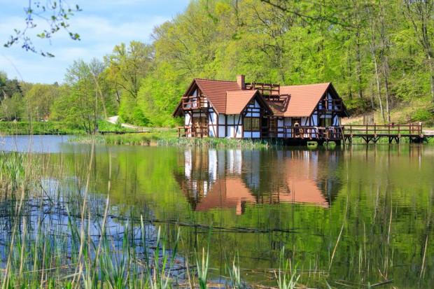 Bajkowa sceneria, eleganckie wnętrza i bliskość natury - voucher na romantyczny wypoczynek dla nowożeńców można wykupić w Dolinie Charlotty.