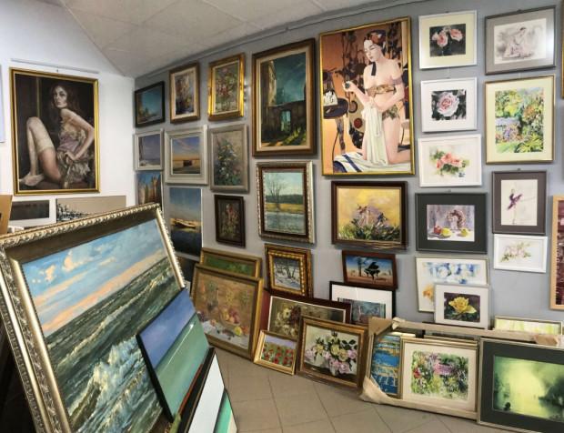 W Galerii PS Gdynia znajdziemy malarstwo olejne i akrylowe, akwarele, grafikę, rzeźby, biżuterię artystyczną, bursztyny, lampy Tiffany i upominki.