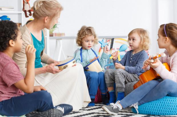 Wakacyjna opieka w przedszkolach może być dla rodziców dużym wsparciem po powrocie do pracy.