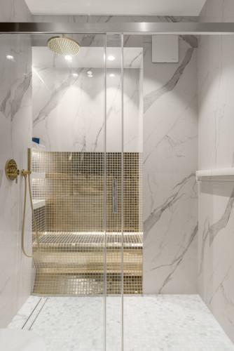 Na popularności zyskują także salony kąpielowe, czyli większe pomieszczenie łazienkowe, w którym obowiązkowo muszą znaleźć się wanna i przestrzeń domowych rytuałów spa.