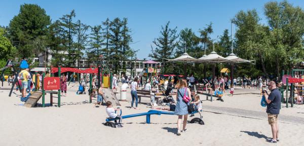 Mimo sporych tłumów nie tylko na plażach liczba zakażeń szybko spada, a obostrzenia - przynajmniej formalnie - nie zmieniają się.