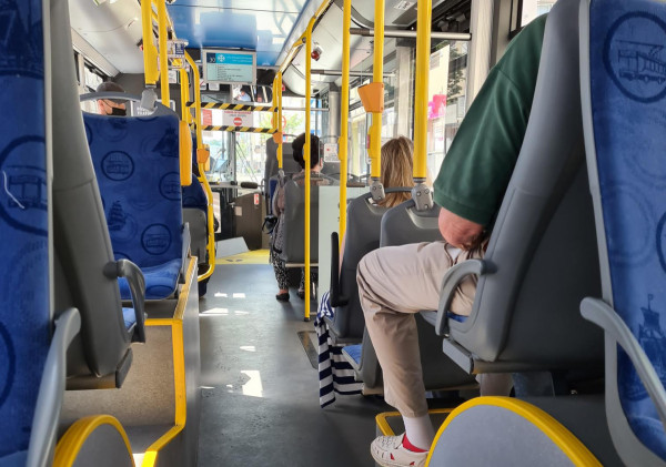 W gdyńskich autobusach zdjęto oznaczenia z foteli, które zakazywały korzystania z połowy miejsc siedzących. Nadal jednak nie można zbliżać się do kierowcy.
