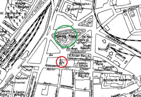 Fragment planu Gdańska z 1920 r. Kalkgasse, czyli ul. Wapienna, została oznaczona czerwonym kółkiem. Zielone kółko wskazuje umiejscowienie pl. Hanzy. Oba miejsca zostały zlikwidowane podczas powojennej odbudowy Starego Miasta.