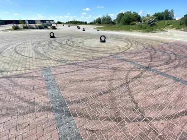 Na opustoszałym placu znajdował się niegdyś węzeł betoniarski.