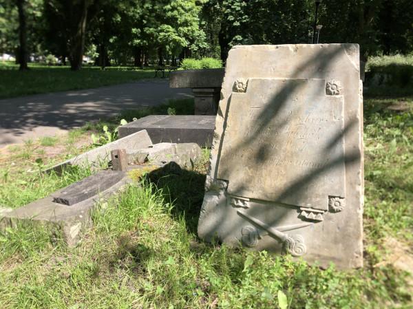 Nagrobek Heinricha von Kampena został złożony w widocznym na zdjęciu lapidarium, które znajduje się w parku obok gmachu głównego Politechniki Gdańskiej. To miejsce składowania reliktów zlikwidowanych po wojnie cmentarzy.