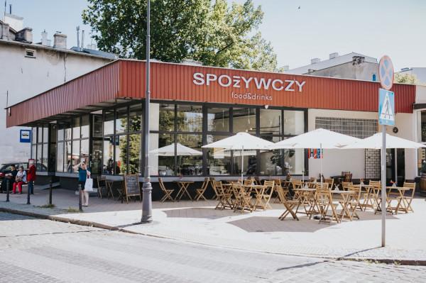 Spożywczy Food & Drinks mieści się na Dolnym Mieście przy ul. Dolna 2. Zajmuje lokal, w którym od lat 70. mieścił się sklep spożywczy - stąd pomysł na nazwę.