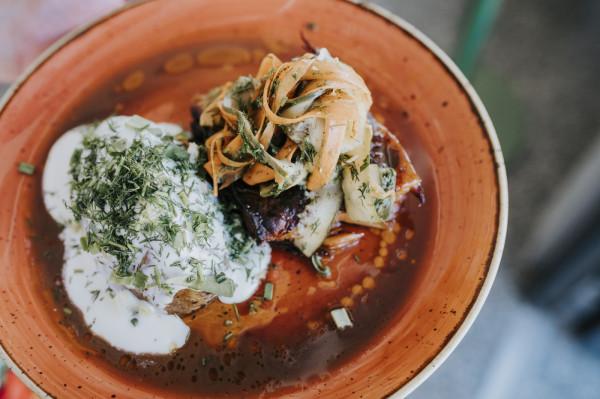 Żeberko wieprzowe, sałatka z piklowanych warzyw, ziemniak hasselback z kwaśną śmietaną - danie główne w menu mięsnym.