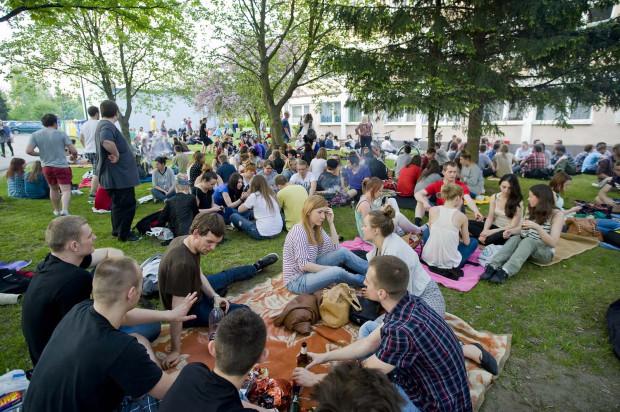 Studenci marzą o powrocie do czasów, w których mogli się spotykać nie tylko w akademikach, ale i w parku przed nimi. Zdjęcie z 2013 r.