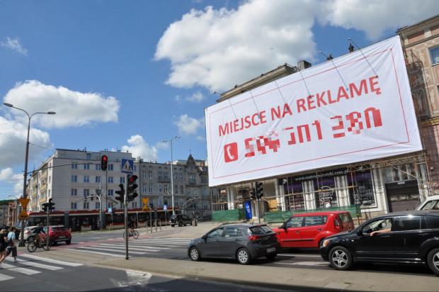Od takich widoków w Gdańsku zdążyliśmy się już odzwyczaić. Jak się okazuje, reklama tego typu jest zgodna z uchwałą krajobrazową.