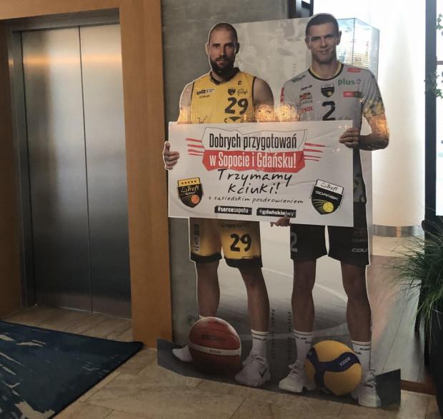 Kapitanowie Trefla Gdańsk i Trefla Sopot w ten sposób witali piłkarzy w hotelu.