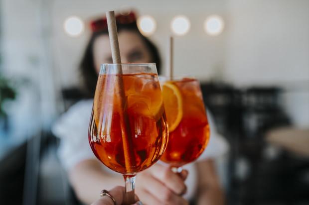 Każdy pełnoletni uczestnik festiwalu, poza potrawami, otrzymuje na wstępie także darmowy koktajl Martini Fiero & Kinley tonic.