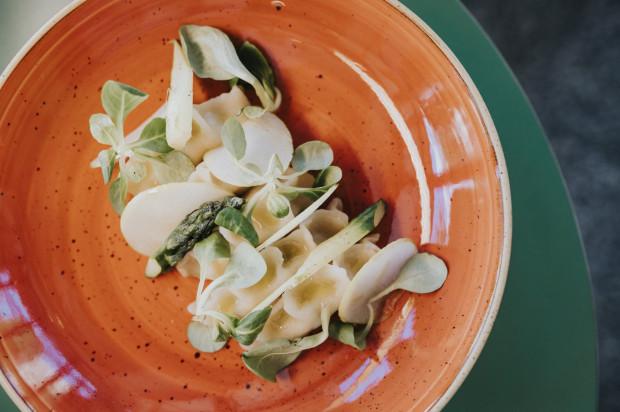 Danie główne w menu roślinnym: pierogi z ziemniakami i szparagami, karmelizowane jabłko, rzepa arbuzowa.