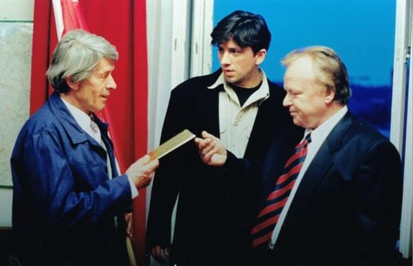 """Akcja filmu """"Gracze"""" rozgrywa się w 1990, podczas kampanii wyborczej do wyborów prezydenckich. Zdjęcia realizowano w Warszawie i Gdańsku. Na zdjęciu (od lewej): Andrzej Wiśniewski, Janusz Józefowicz i Marian Opania."""